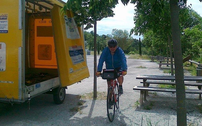 Minibus con carrello per trasporto bici