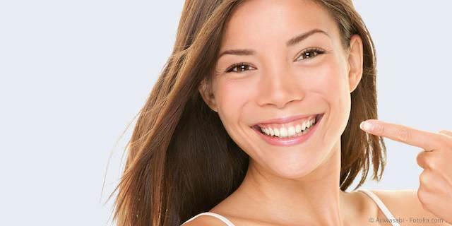 Weiße Zähne mit Zahnaufhellung (Bleaching)