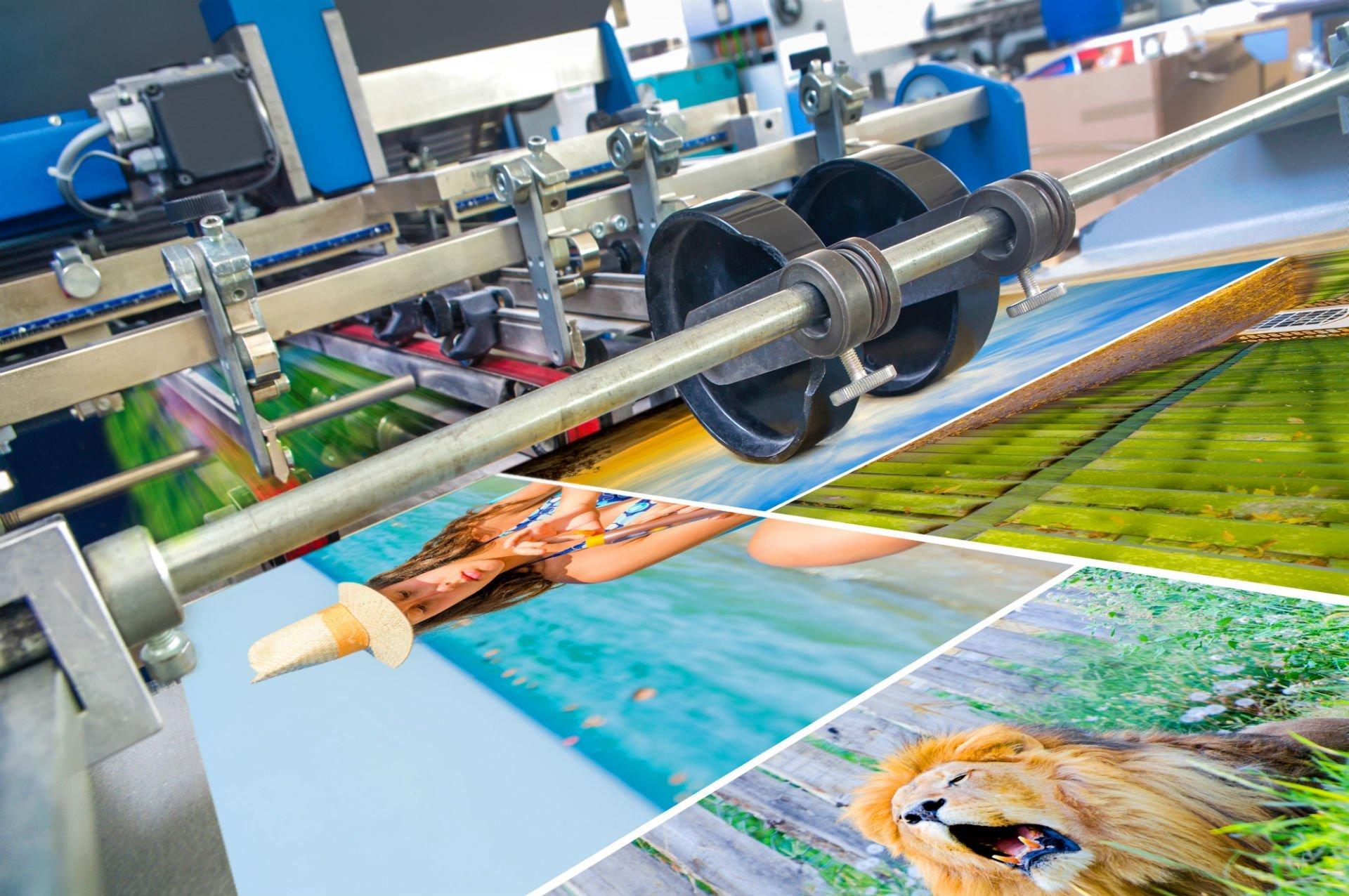 una stampante che stampa un foglio con delle immagini