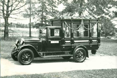 Foto in bianco e nero di un carro funebre di inizio del secolo XX