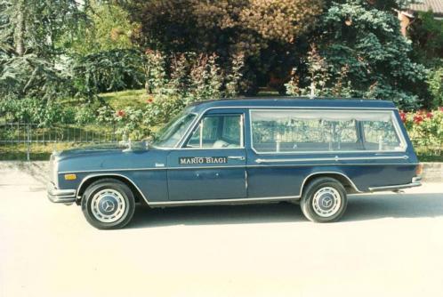 Carro funebre blu scuro del secolo XX del marchio Mercedes