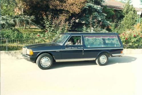 Carro funebre nero del secolo XX del marchio Mercedes