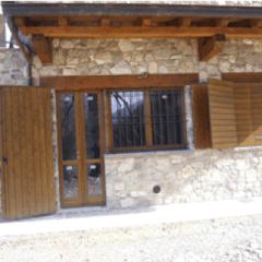 Persiane esterne in legno aperte con inferriata