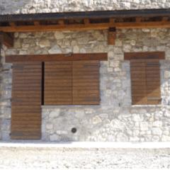 Persiane esterne in legno chiuse