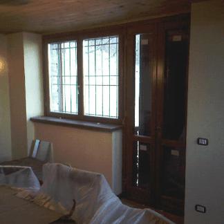 Persiane esterne in legno aperte con inferriata, vista dall