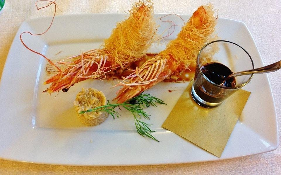 code di gambero rosa in pasta kataifi, salsa di soia artigianale e tortino di quinoa