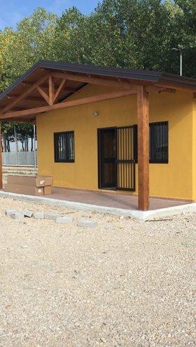 edificio giallo con tettoia