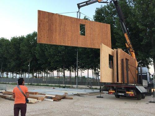 sollevamento parete in legno di una casa