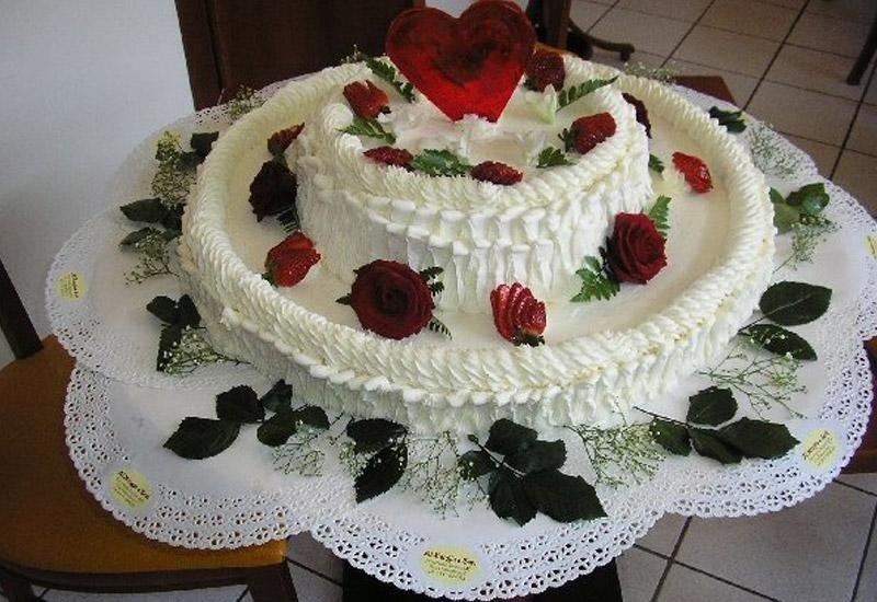 Torta nuziale con rose rosse