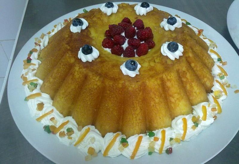 Torta con pan di spagna, frutta fresca e panna