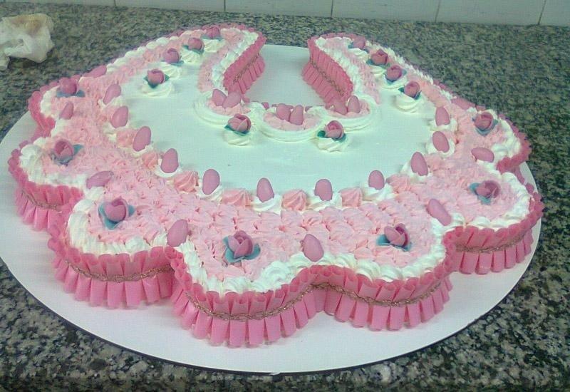 Torta con panna bianca e rosa