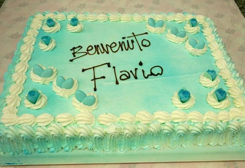 Torta decorata con fiorellini e confetti
