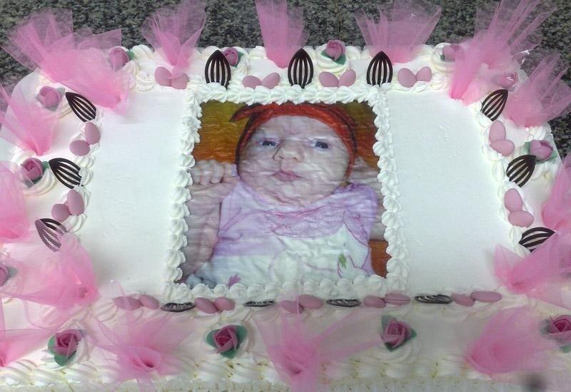Torta con panna e decori rosa