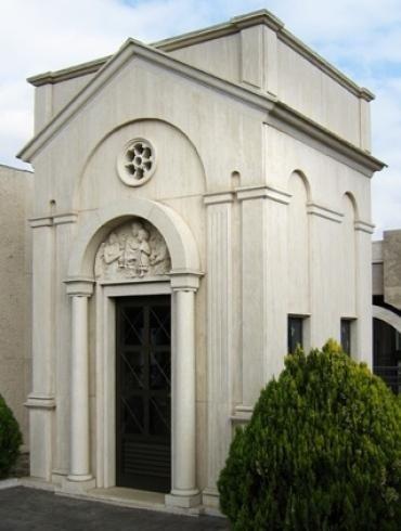 Cappella funebre con bassorilievo