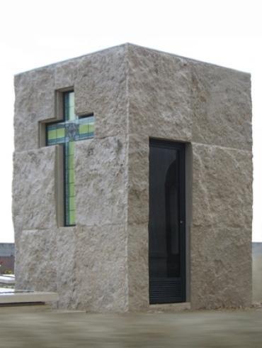 Cappella funebre in pietra con croce