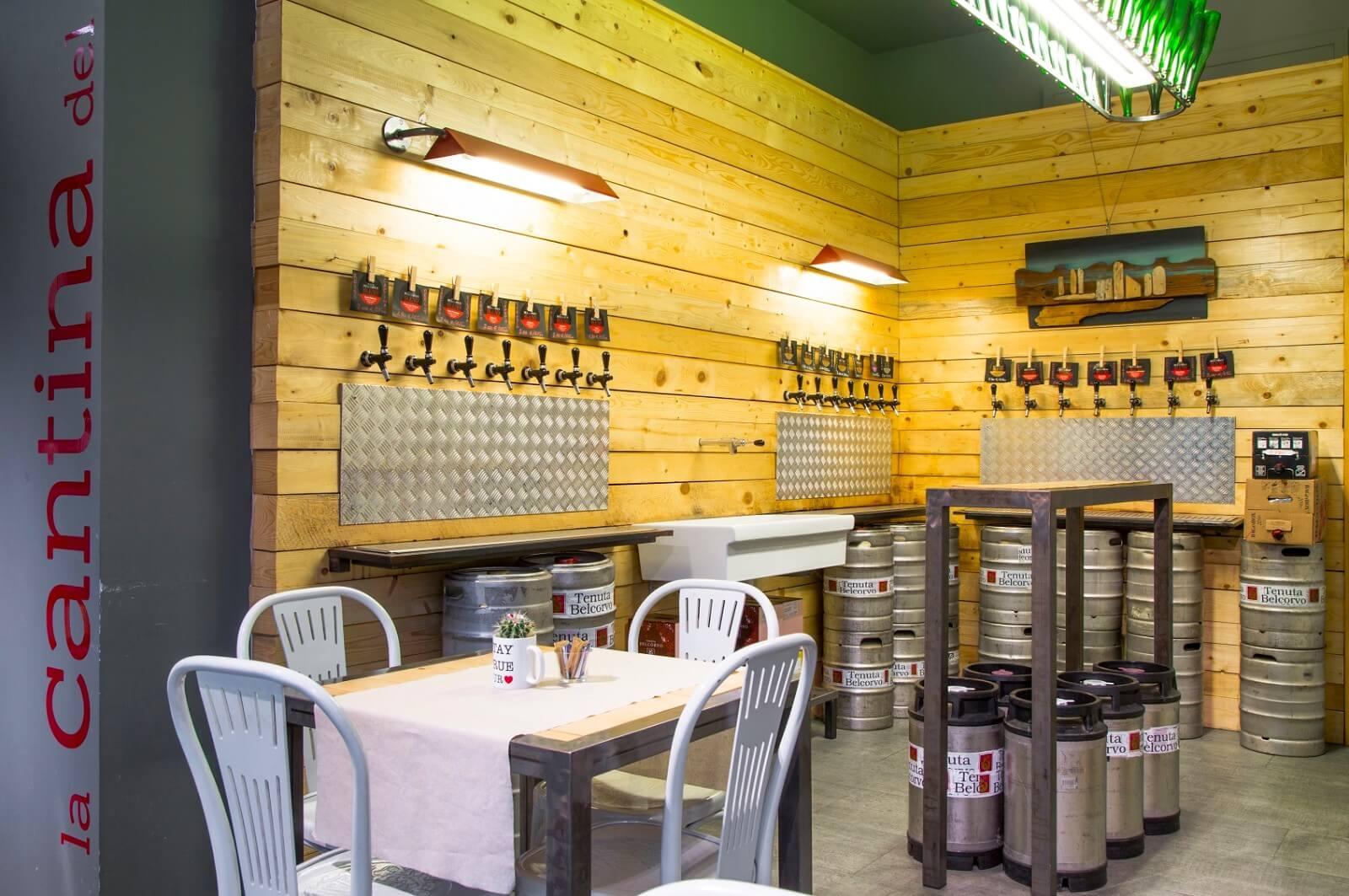 Interno del ristorante, barili di birra e bocche di birra nella parete