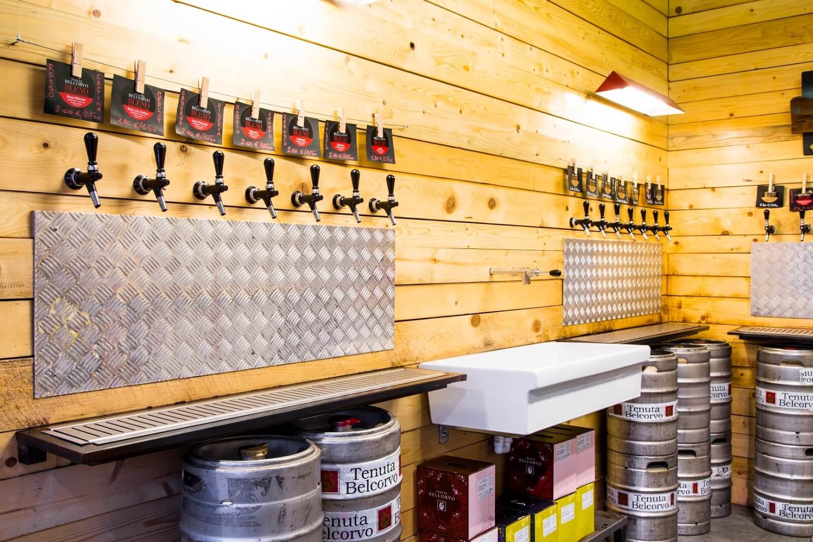Primo piano delle bocche di birra nella parete