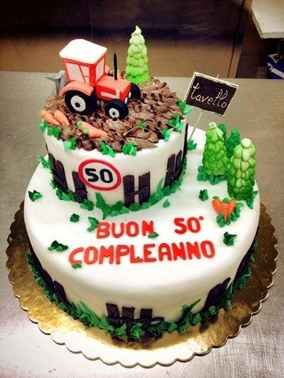 una torta di compleanno a 2 piani con scritto buon cinquantesimo compleanno e un trattore
