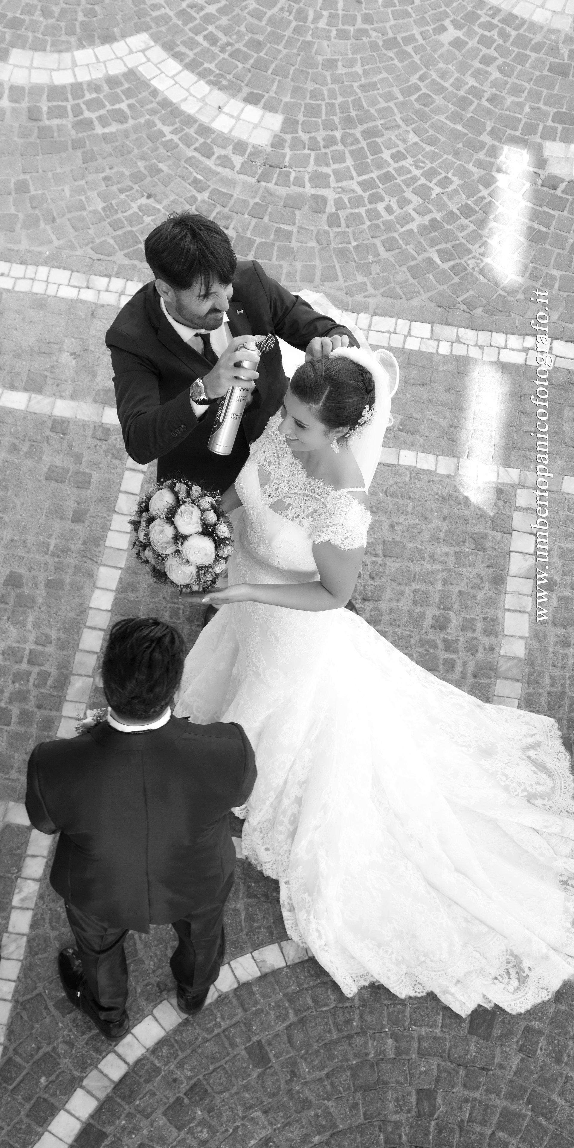sposa e sposo foto in bianco e nero dall' alto