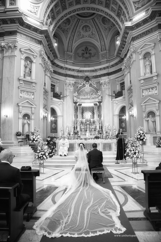 matrimonio in chiesa, due sposi fotografati da dietro
