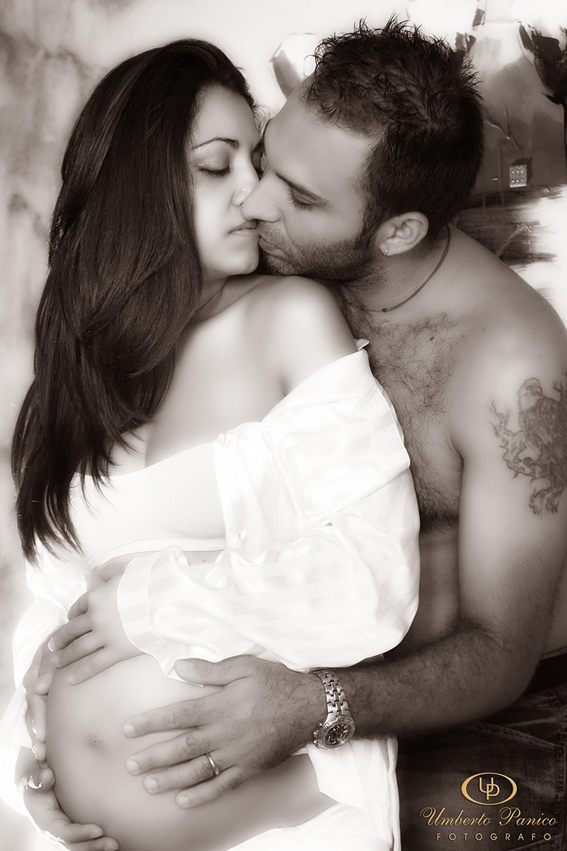 donna incinta abbracciata da un uomo