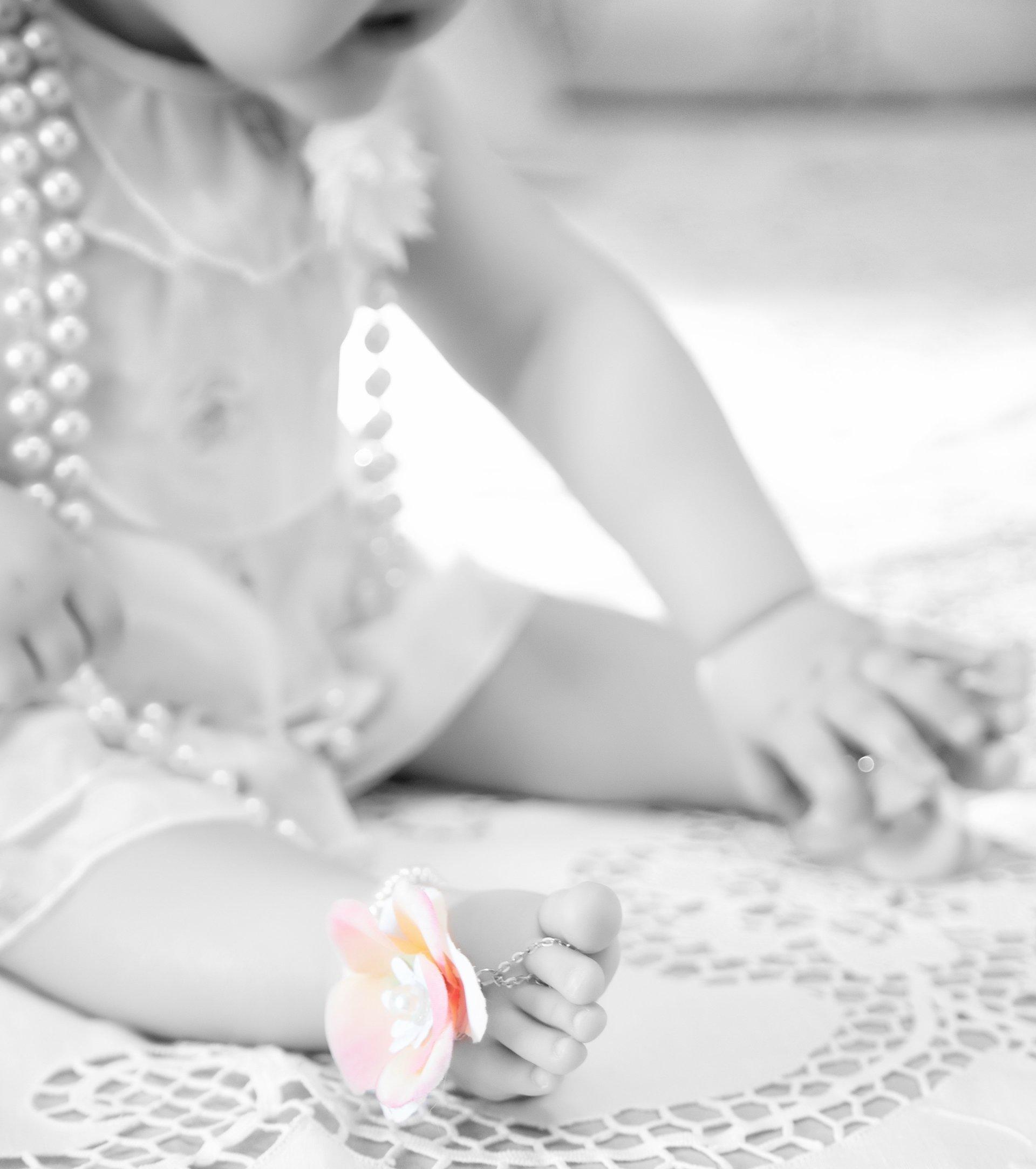 bambino con collana di perle