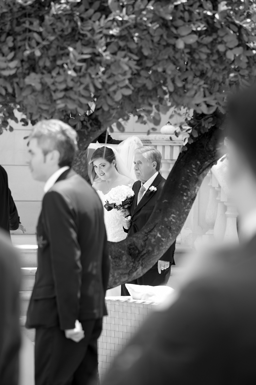 sposa e padre dietro un albero