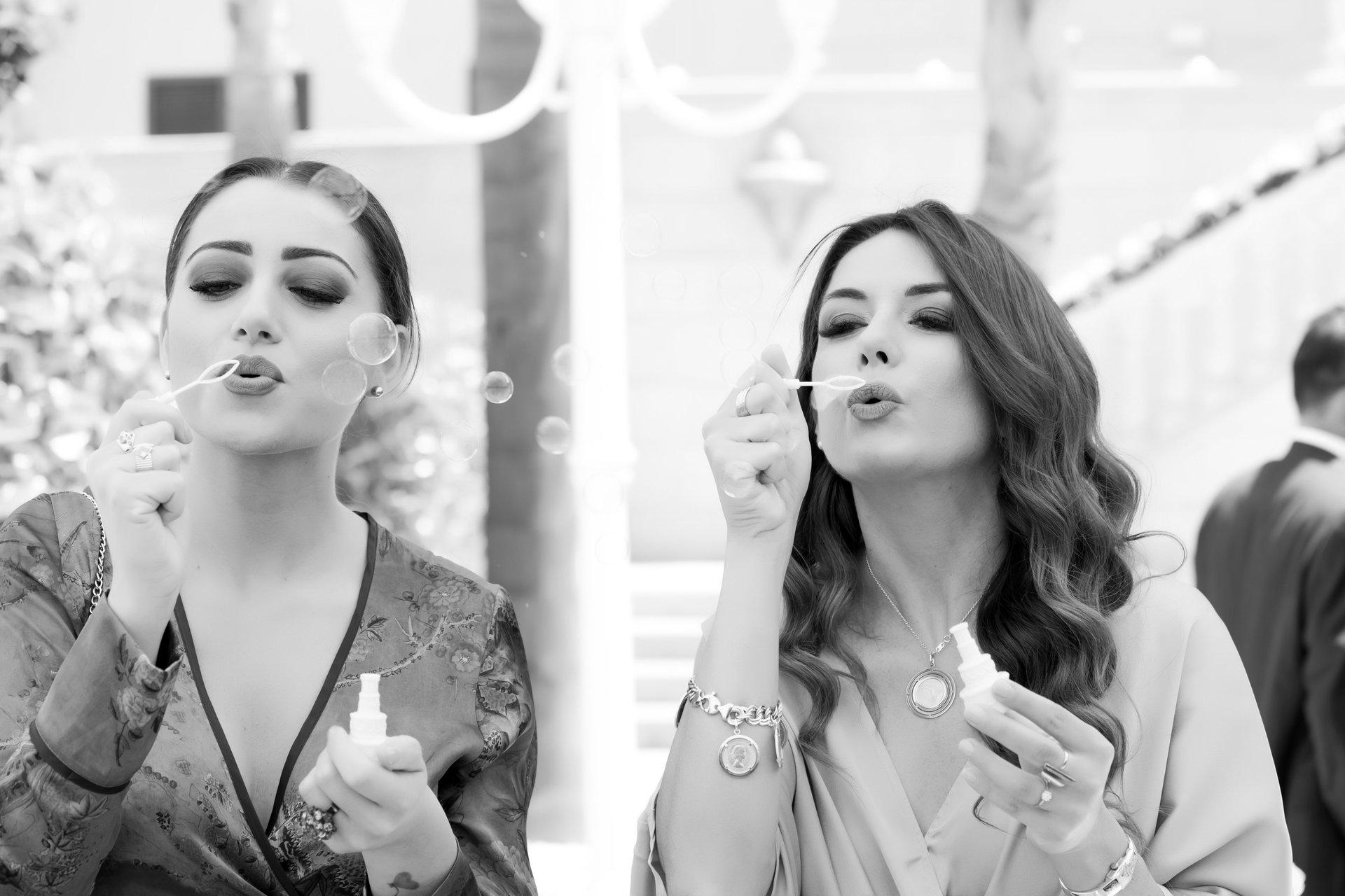 due ragazze che fanno bolle di sapone
