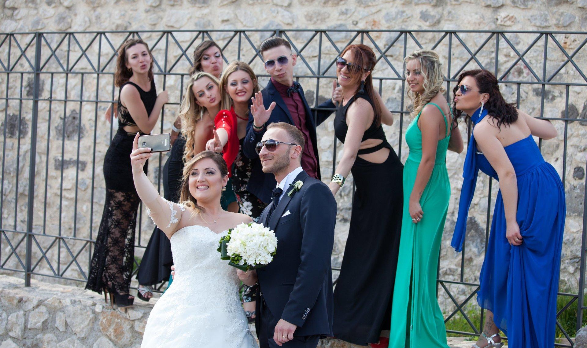selfie di gruppo con sposini