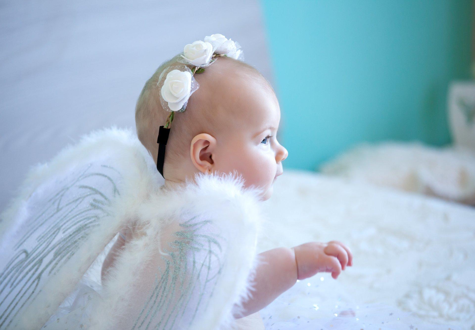neonato vestito da angioletto