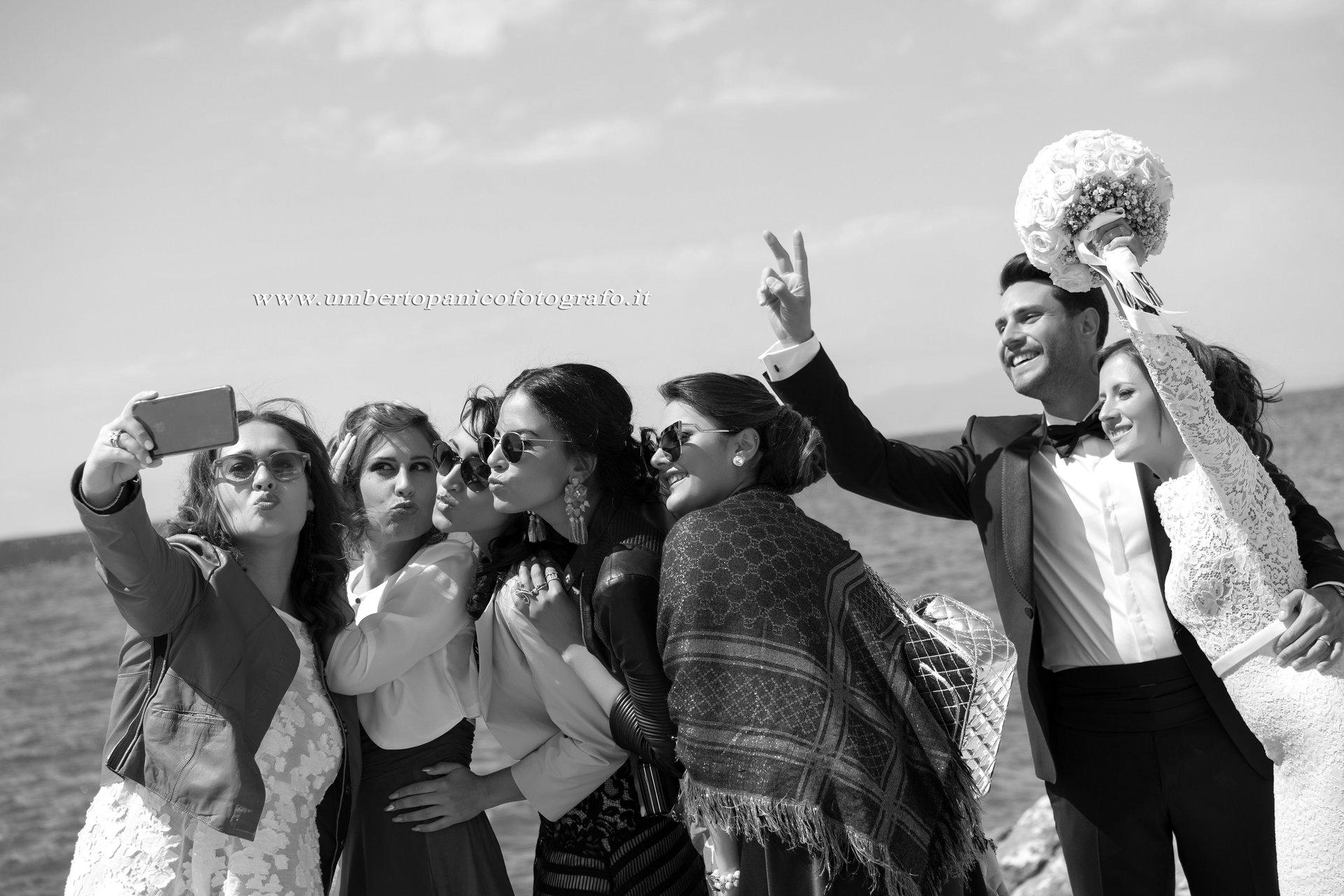 foto con ragazze e sposini in posa