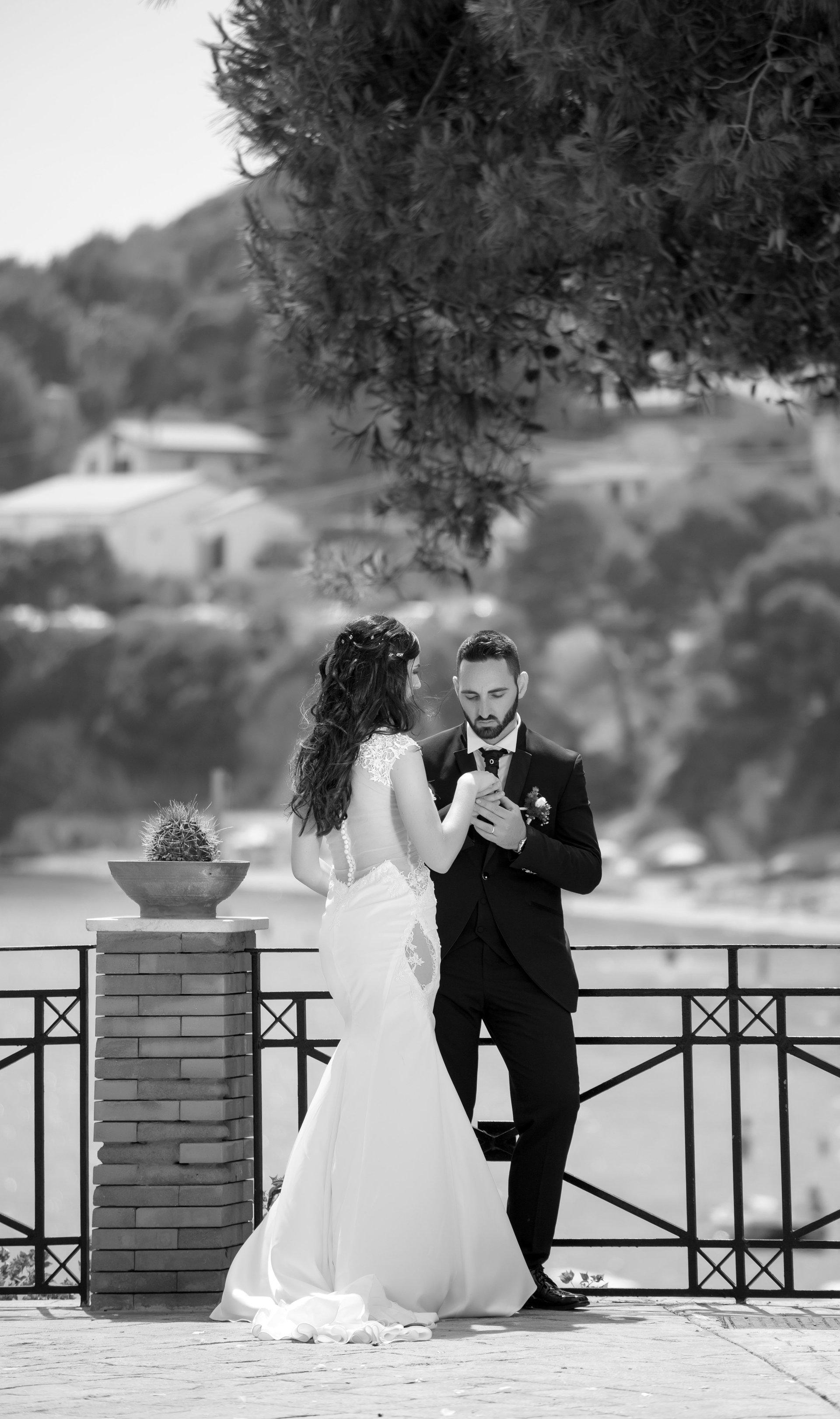 sposi su sfondo di mare