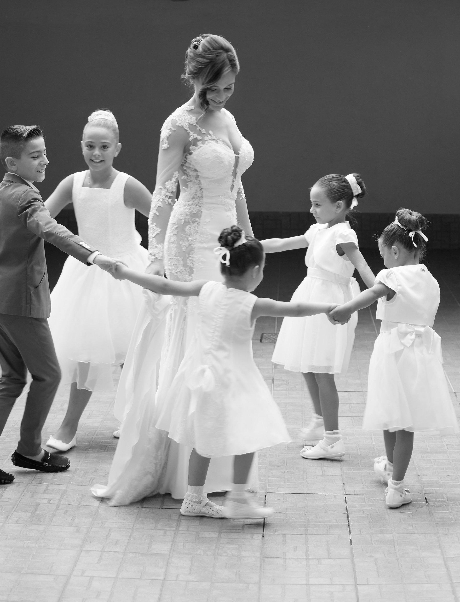 sposa e bambine che fanno il girotondo