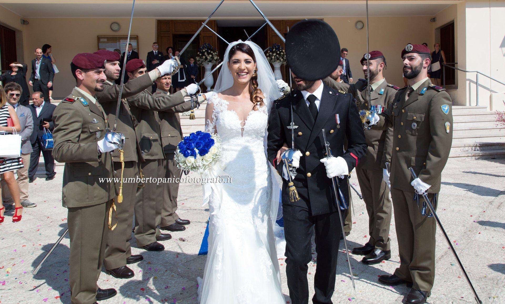 sposa e sposo in uniforme