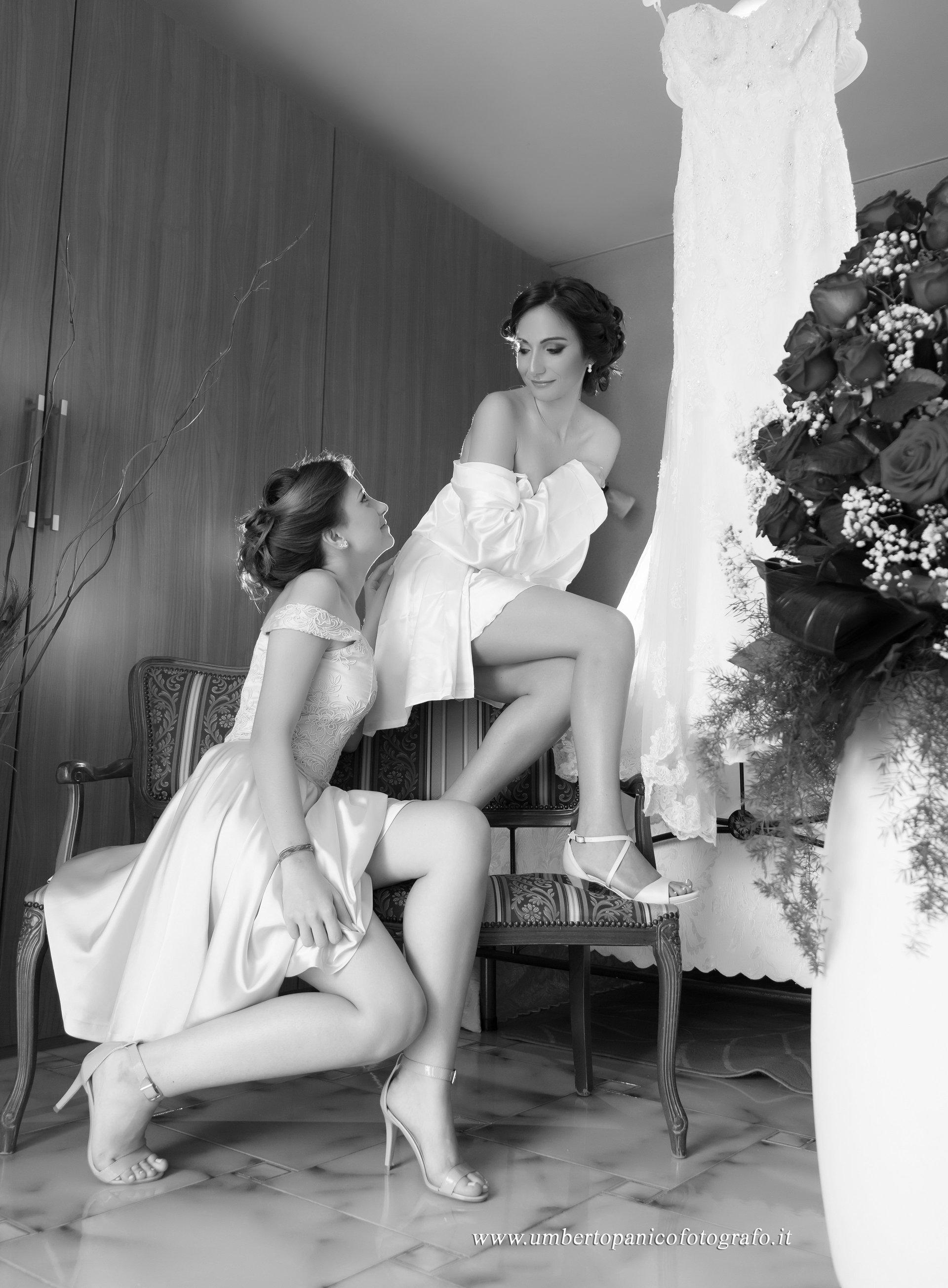foto in bianco e nero di due ragazze