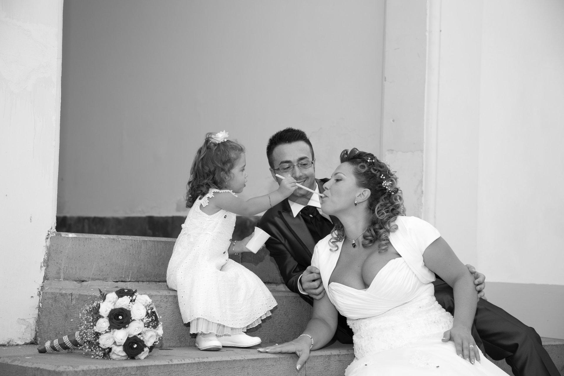 coppia di sposi con bambina