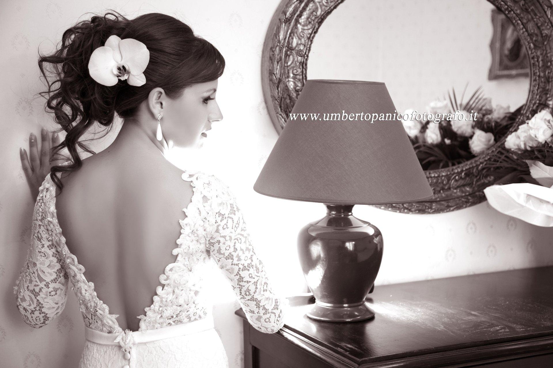 sposa di spalle davanti a specchio