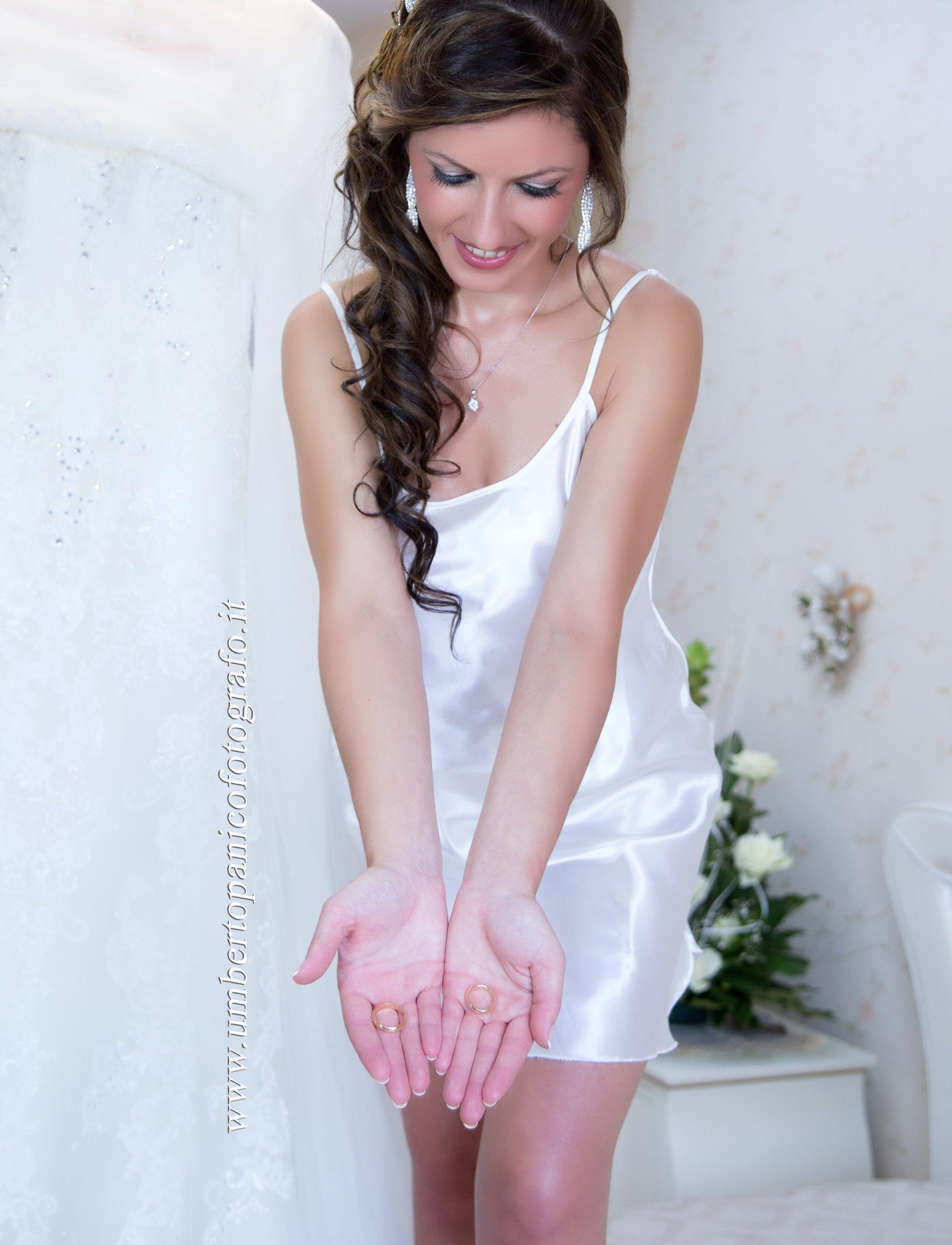 sposa in camicia da notte di seta bianca