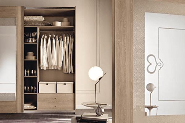 interno armadio in olmo e decorazione specchio