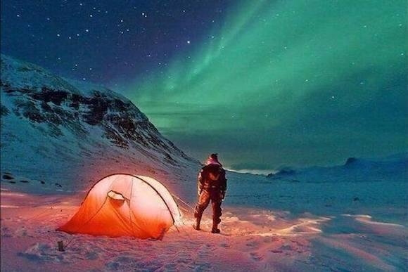 luce dentro una tenda in montagna