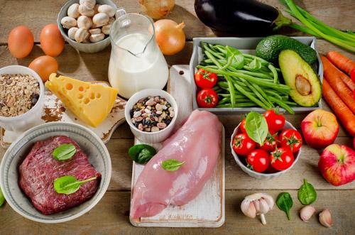 ingredienti carne e verdure adagiati su un tavolo