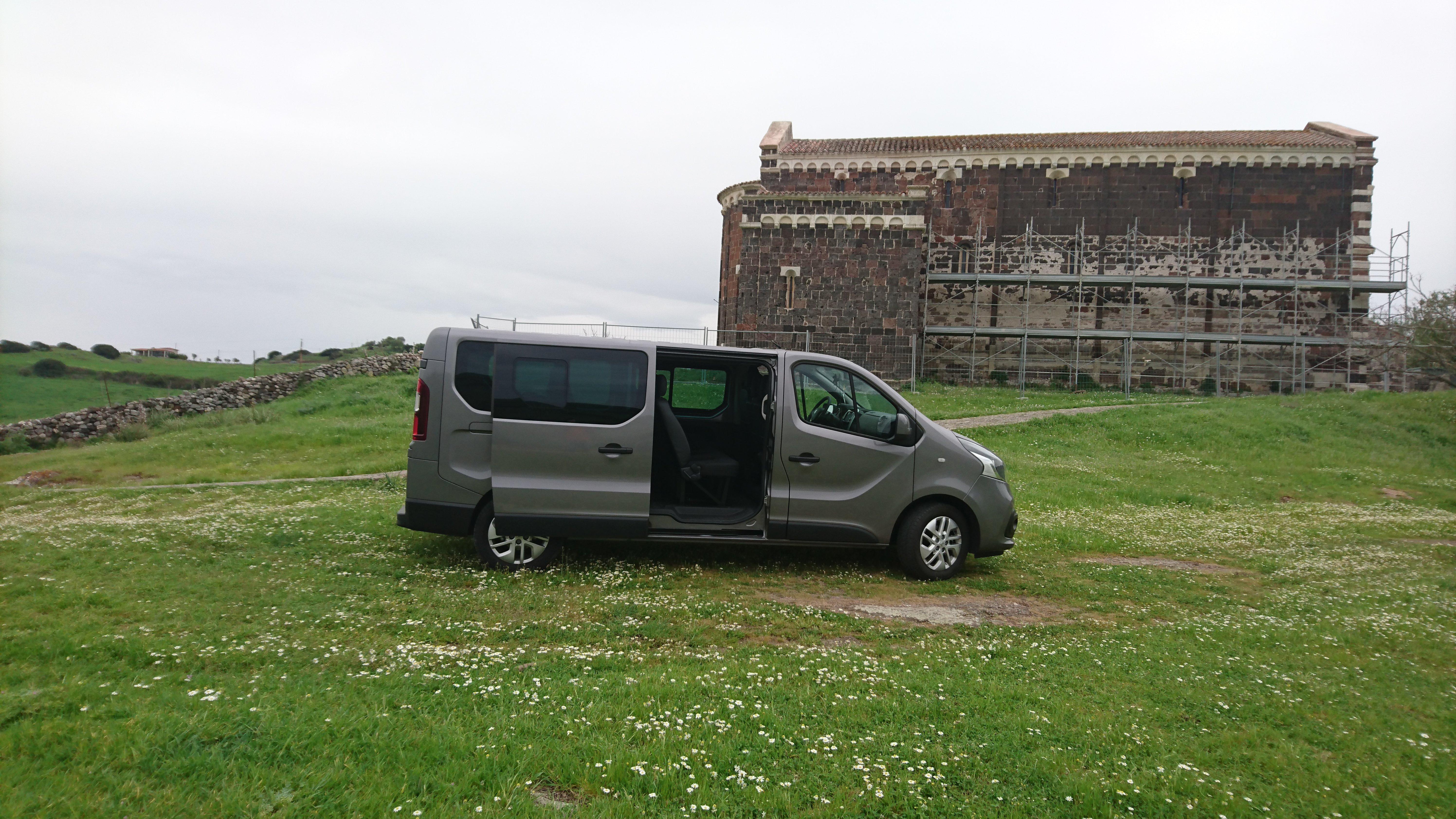 furgone grigio visto di lato
