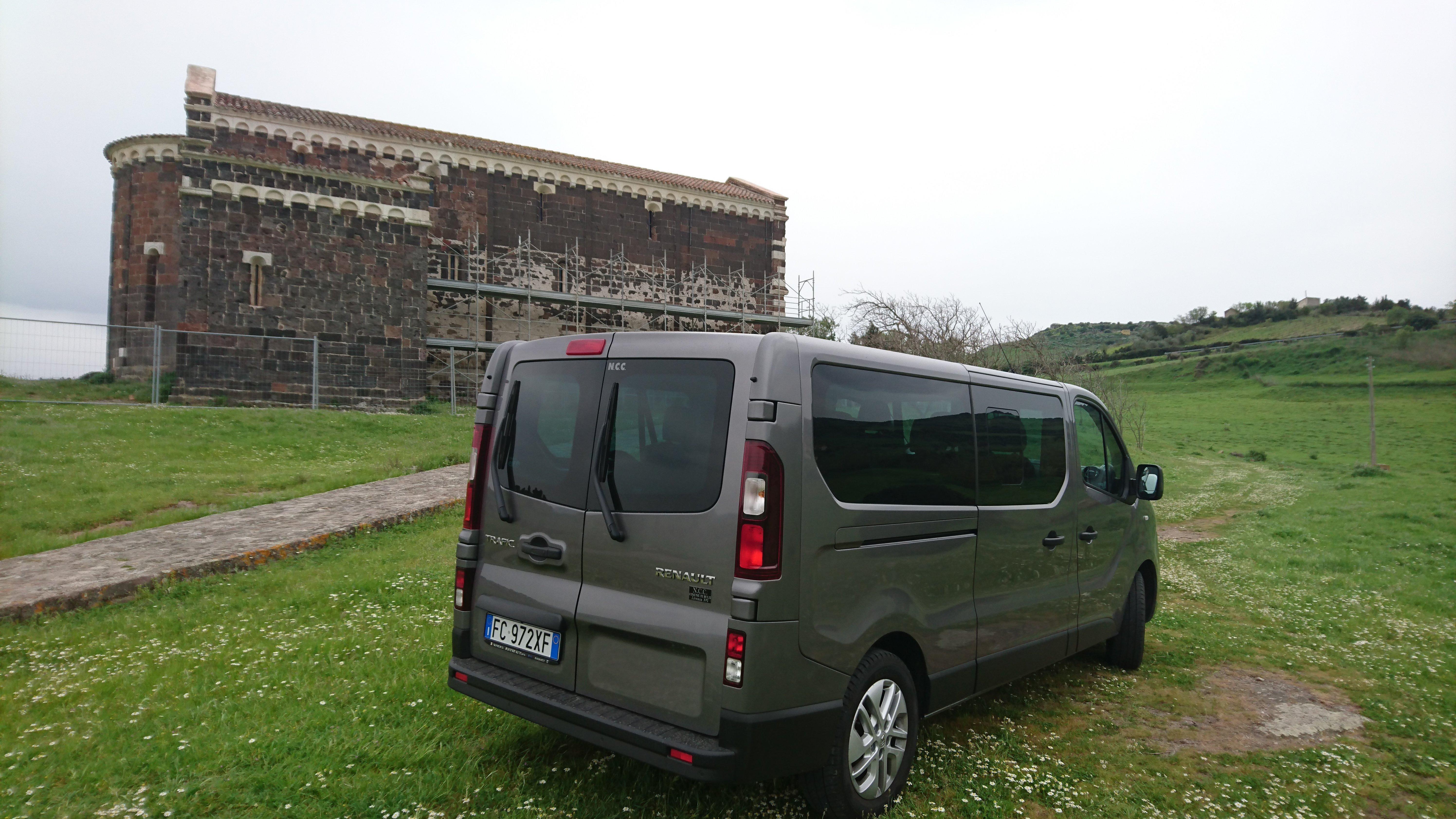 furgone grigio visto da dietro