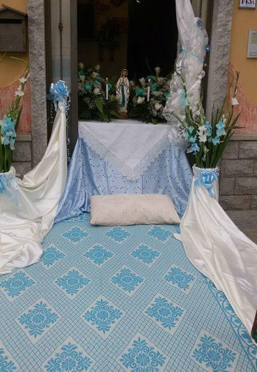 Tappeti e tessuti per l'altare della Vergine