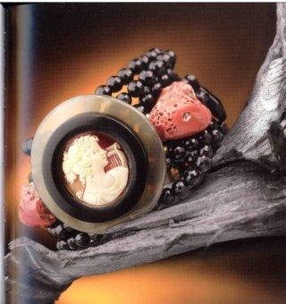 Collezione Almè: Perle, corallo, madreperla, argento, cammei, pietre preziose e dure e corno