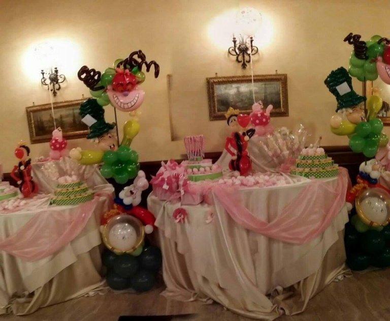 tavolo con confetti e bomboniere a tonalità rosa