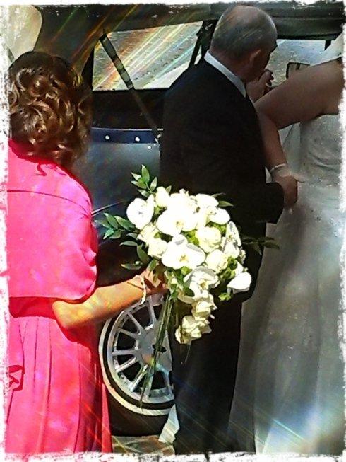 sposa che si dirige a celebrare il suo  matrimonio
