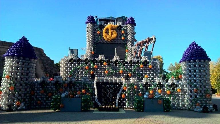 grande castello realizzato interamente con palloncini