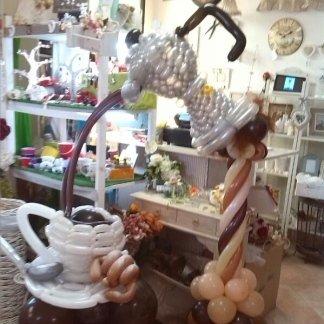 diorama - caffettiera, caffè e tazzina fatti di palloncini