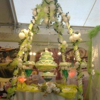 vetrina decorata con palloncini